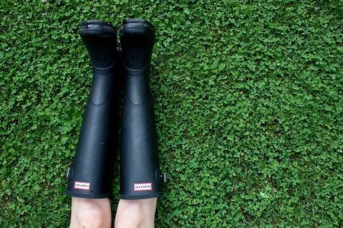 Сонник черные сапоги на ногах