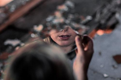 Сонник темная комната зеркало на стене