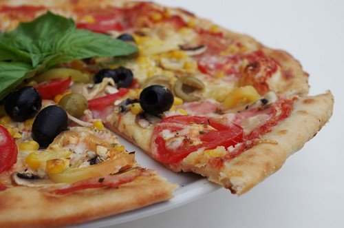 Рецепт приготовления пиццы с колбасой и помидорами