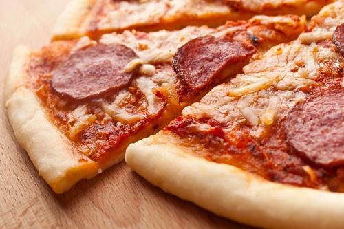 простая пицца с колбасой