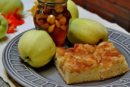 Шарлотка яблочная с добавлением меда