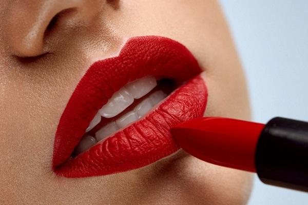 Сонник красная помада на губах