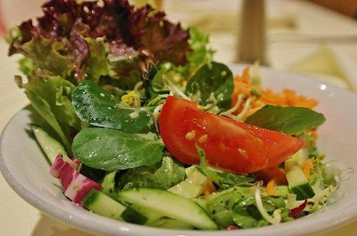 k-chemu-snitsya-salat-1