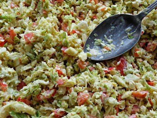 Салат с капустой и яйцом и помидорами