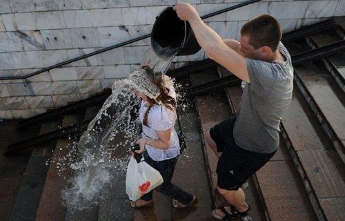 k-chemu-snitsya-oblili-vodoj