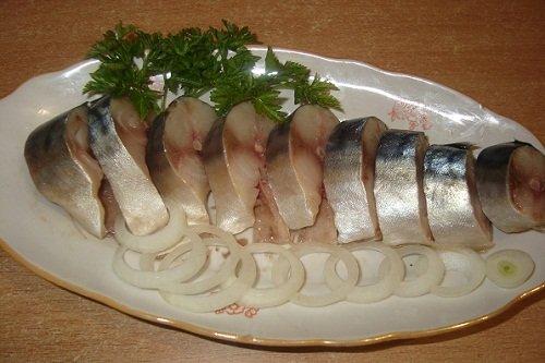 bb7230c2ff25 Емкость с рыбой плотно закрывают и убирают в холодильник или в прохладное  место. Блюдо будет полностью готово к подаче на стол через 10 часов.