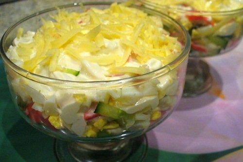 Приготовление крабового салата с яблоками