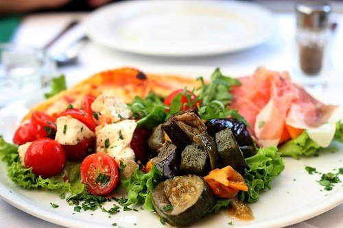 Салат из баклажанов с добавлением лука
