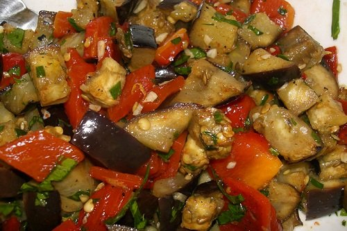 Как готовить теплый салат с баклажанами