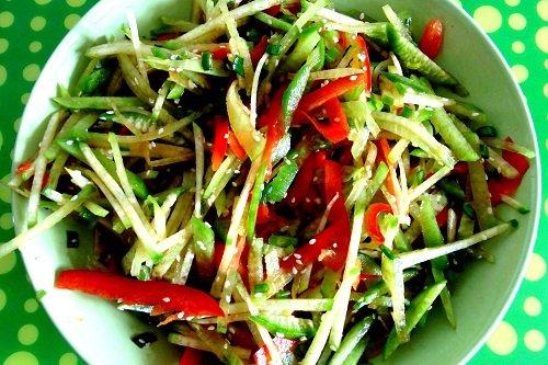 Как сделать салат с редькой и огурцами