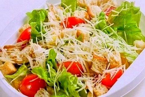 Салат из капусты курицы и сухарей