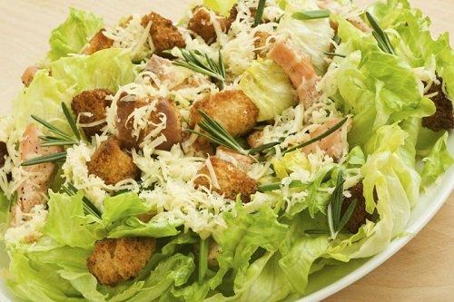 Куриный салат с пекинской капустой и сухарями