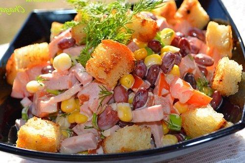 Салат из курицы, сухариков и фасоли