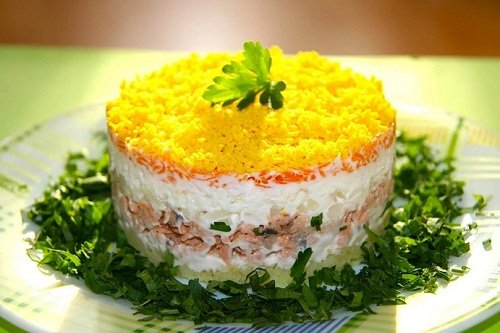 Крабовый салат с добавлением плавленного сыра