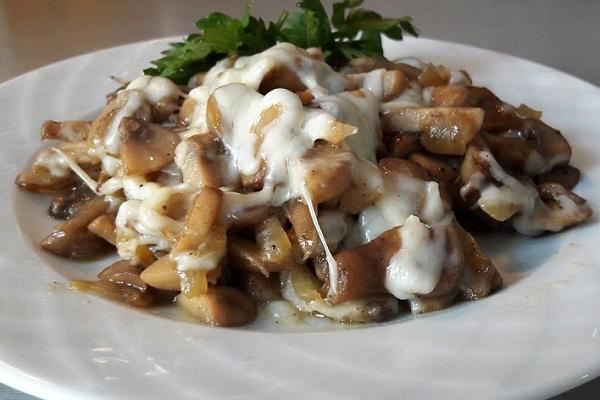 Салат с жареными грибами