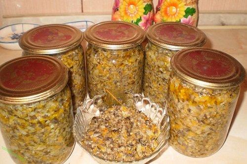 Икра из грибов с добавлением лука и моркови
