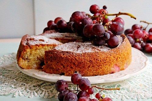 Пирог с начинкой из винограда и яблок