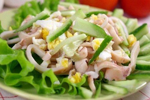 Салат из смеси яиц, огурцов и кальмаров