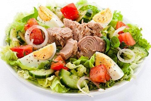 Рыбный салат с огурцами и яйцом