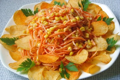 Оригинальный салат с кукурузой и чипсами
