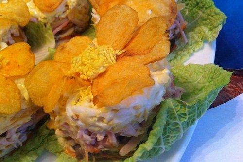 Грибной салат с добавлением чипсов