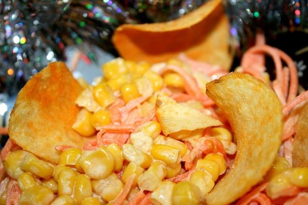 Салат украшенный чипсами