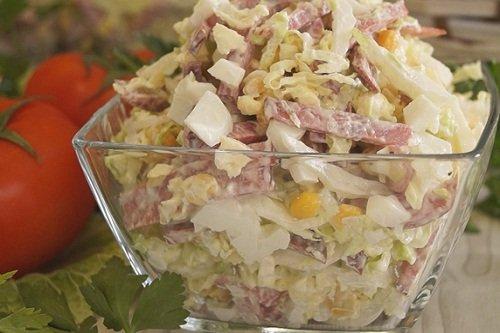 Вкусный салат с колбасой и овощами