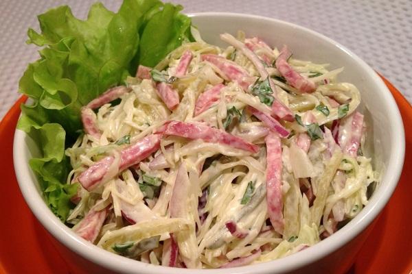 Салат с колбасой и капустой