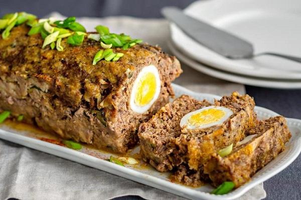 Мясной рулет с целым яйцом