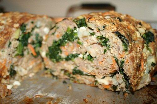 Приготовление мясного рулета с луком и яйцом