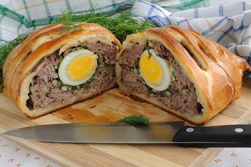 Оригинальный рулет из мяса с яйцом в тесте