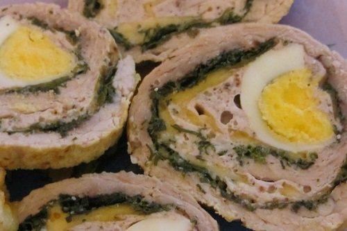 Куриный рулет с начинкой из яйца