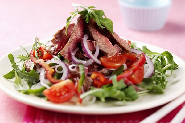 Салат с фасолью и колбасой