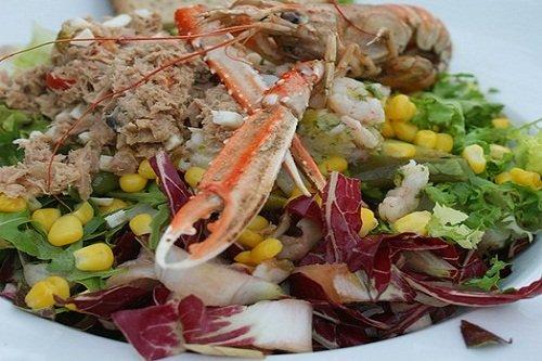 Рыбный салат с добавлением кукурузы