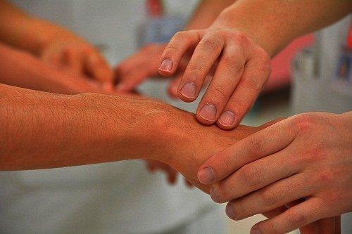 Болят суставы рук и ног что делать Боль в суставах ног и рук причины и лечение
