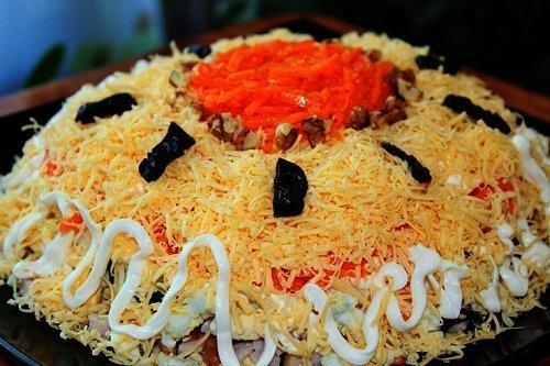 Салат на основе курицы с морковкой и черносливом