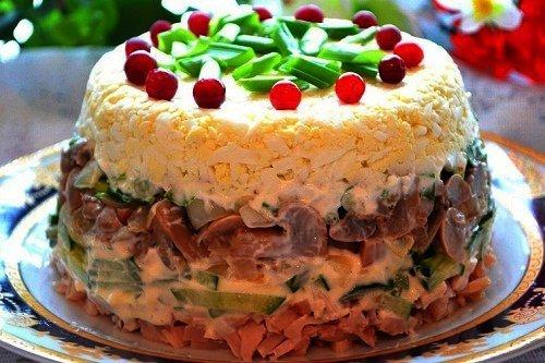 Салат слоеный из маринованных опят