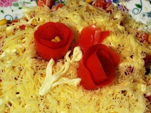 Как готовить сырный салат с помидорами