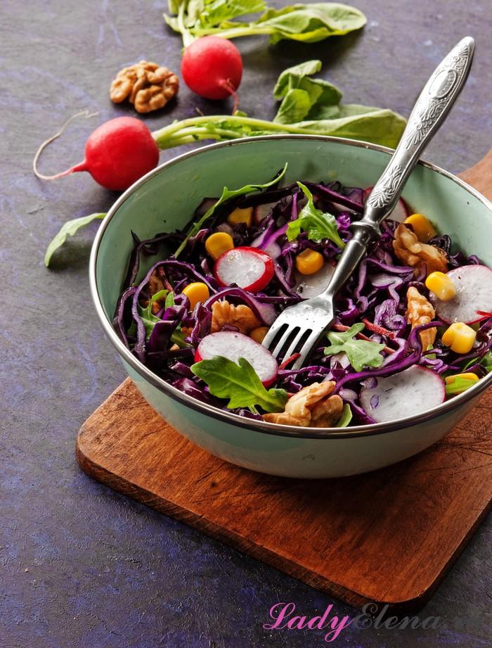 Капустный салат с огурцами и редиской