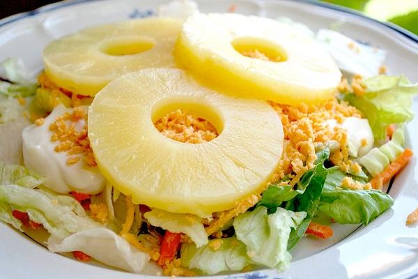 Как сделать салат из курицы, ананасов и капусты
