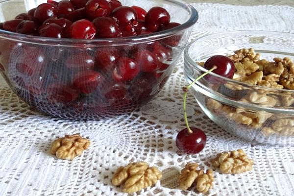 Варенье из вишни с орехами вместо косточки