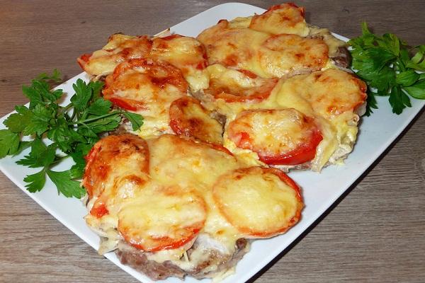 Куриное филе в майонезе с помидорами