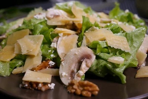Салат из маринованных грибов с сыром