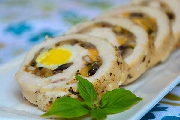Рулет из куриного филе с сыром и яйцом