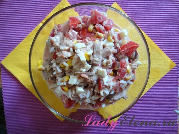 Легкий салат с тунцом, яйцом и кукурузой