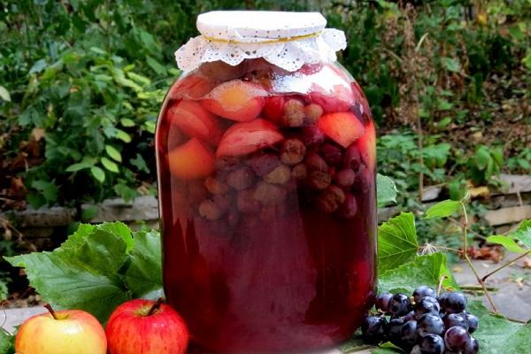 Виноградный компот с яблоками