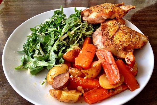 Куриные бедра с овощами, запеченные в духовке
