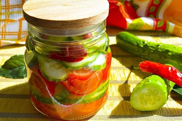 Зимний салат из помидоров и огурцов с кабачками