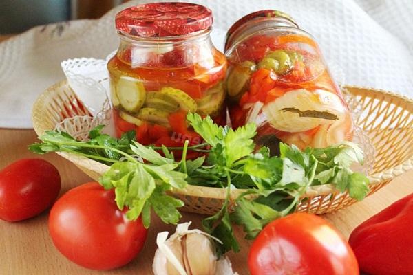 Как консервировать салат из помидор и огурцов дольками