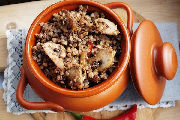 Гречка с грибами приготовленная в горшочках